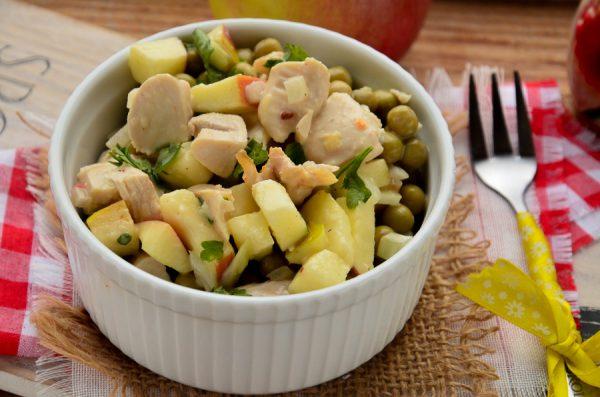 Салат с курицей, яблоками и горошком