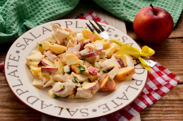 Салат с курицей, яблоком и редисом