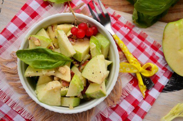 Салат Вальдорф с яблоком и сельдереем