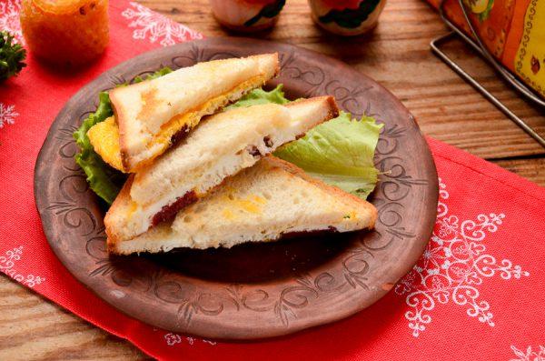 Бутерброды с колбасой и яйцом