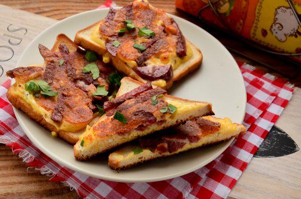 Бутерброды с колбасой, сыром и яйцом на сковороде