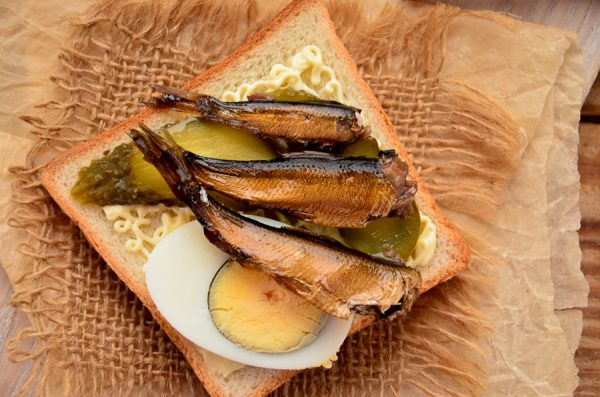 Бутерброды со шпротами, соленым огурцом и яйцом
