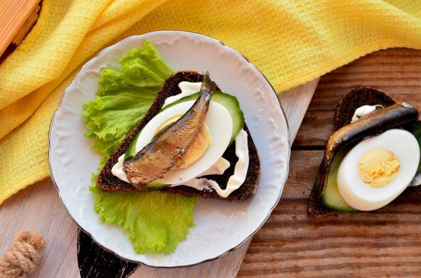 Бутерброды со шпротами, свежим огурцом и яйцом