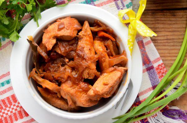 Куриное филе, тушенное с капустой в томате