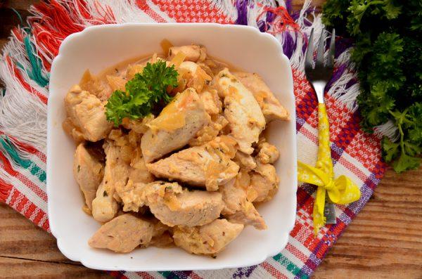 Куриное филе, тушенное в луковой подливке с сыром