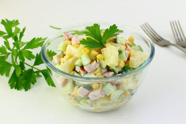Салат с ананасами, копченой курицей и кукурузой