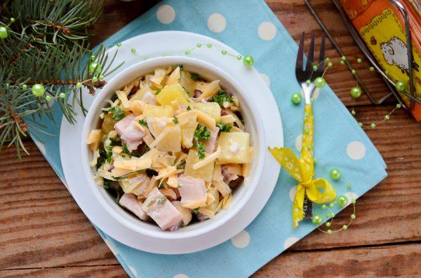 Салат с ананасами, копченой курицей и сыром