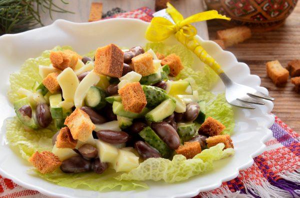 Салат с фасолью, сухариками и огурцами