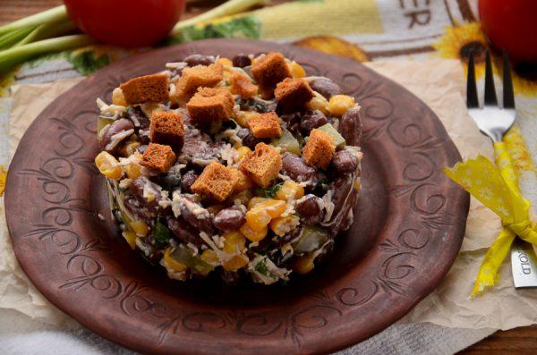 Салат с фасолью, сухариками, кукурузой и сыром