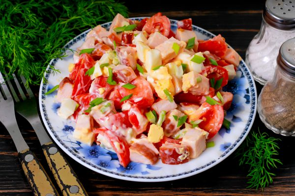 Салат с копченой курицей, яйцами и помидорами