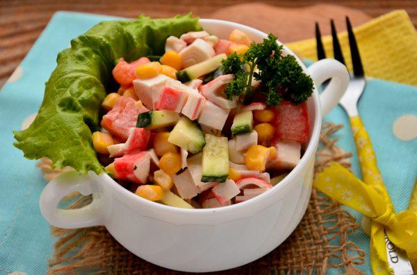 Салат с крабовыми палочками, помидорами и кукурузой