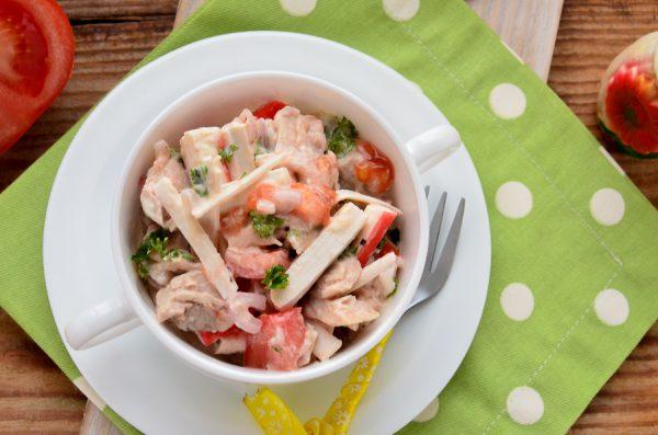 Салат с крабовыми палочками, помидорами и курицей