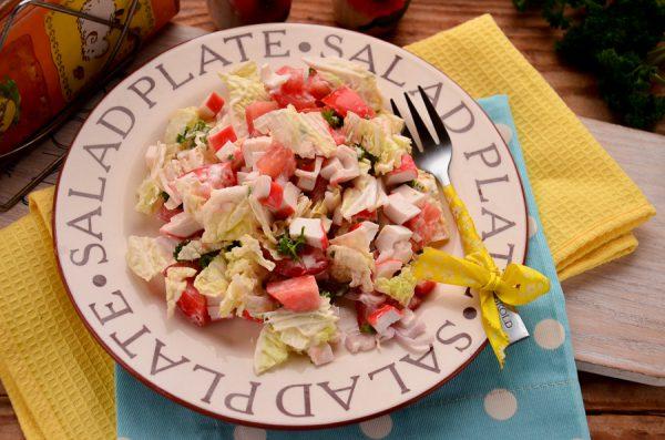 Салат с крабовыми палочками, помидорами и пекинской капустой