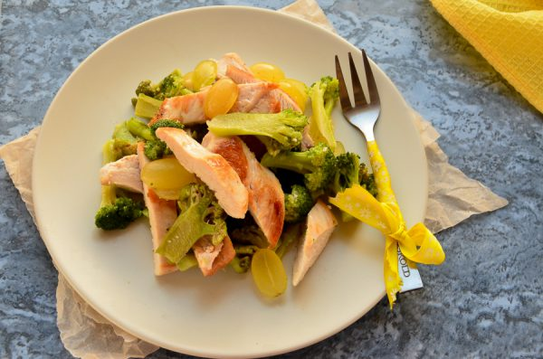 Салат с курицей, брокколи и виноградом