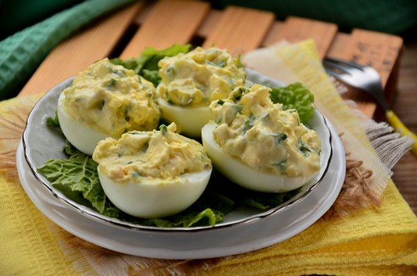 Яйца, фаршированные майонезом и чесноком