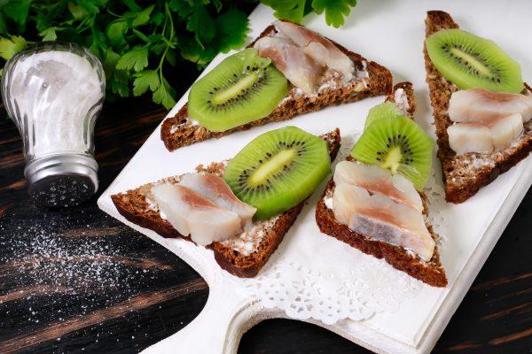 Бутерброды с киви и селедкой