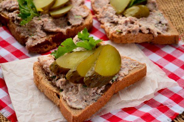 Бутерброды с сайрой и огурцом