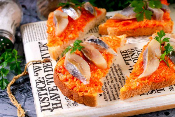Бутерброды с сельдью, морковью и плавленым сыром