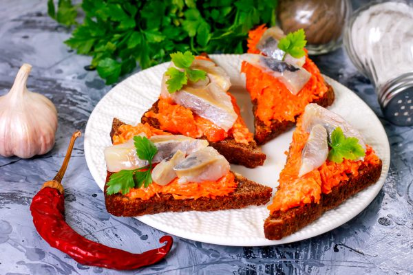 Бутерброды с селедкой и морковью