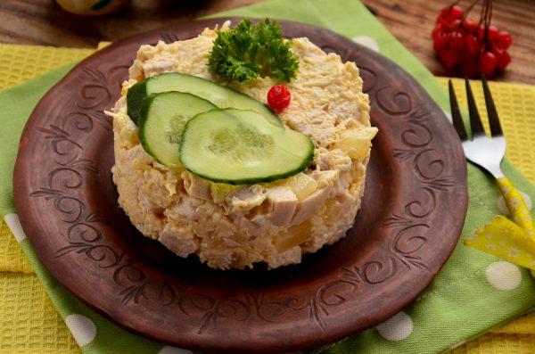Салат Дамский каприз с курицей и ананасами