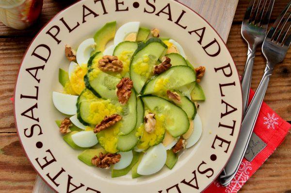Салат с авокадо, огурцом и яйцом