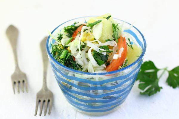 Салат с капустой, кукурузой, помидорами и ананасами