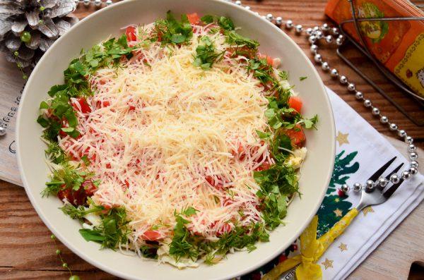 Салат с колбасой и жареными шампиньонами