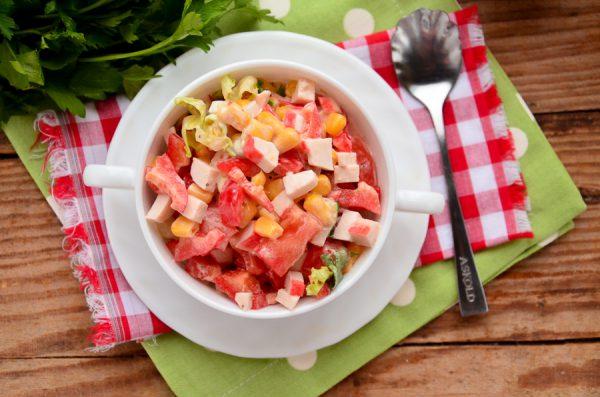 Салат с крабовыми палочками, помидорами и болгарским перцем
