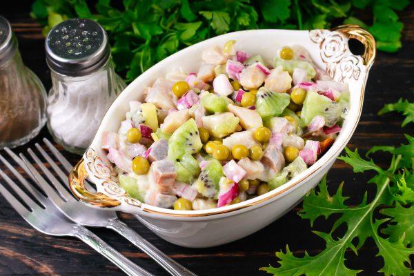 Салат с сельдью, зеленым горошком и киви