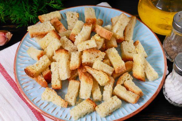 Сухарики из белого хлеба с чесноком