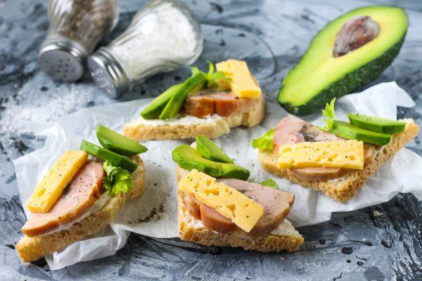 Бутерброды с ветчиной и авокадо