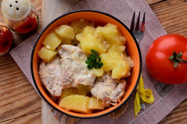 Картофель с курицей, тушенный в сметане, в мультиварке