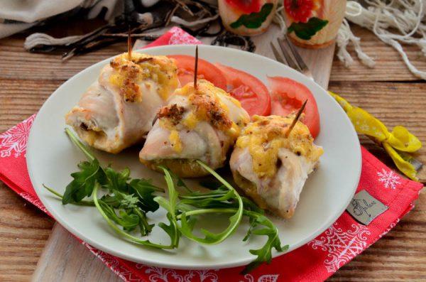 Куриное филе, фаршированное сыром, чесноком и орехами