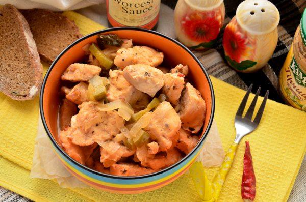 Куриное филе, тушенное с маринованным огурцом и луком