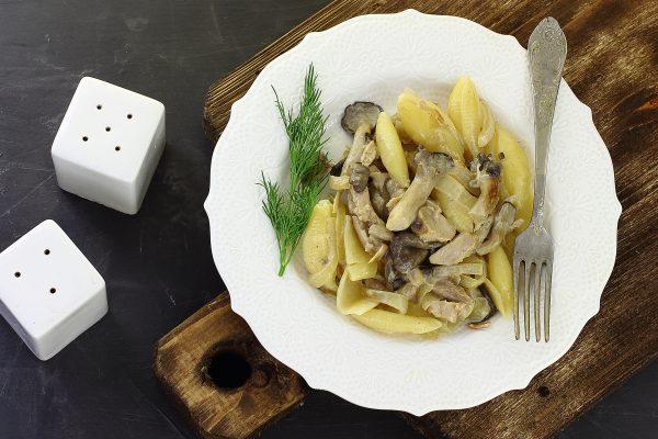 Паста с курицей и грибами в сливочном соусе