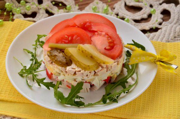 Салат Консул с крабовыми палочками, помидорами и курицей