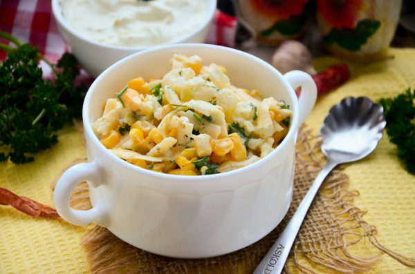 Салат с цветной капустой, кукурузой и сыром