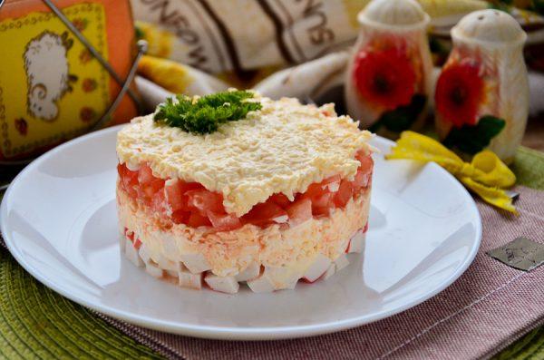 Салат с крабовыми палочками, помидорами, яйцами и сыром слоями