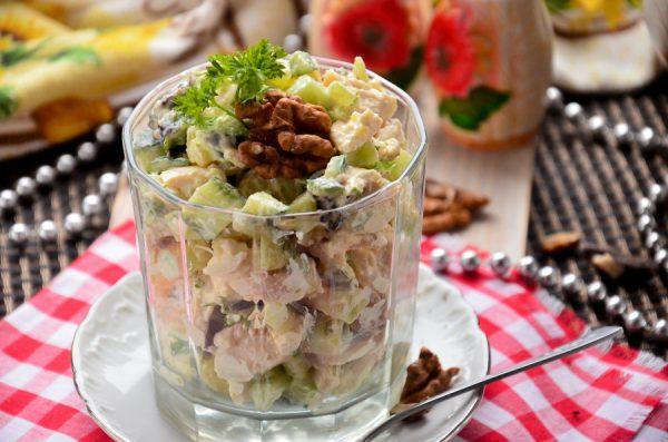 Салат с курицей, черносливом, грецкими орехами и огурцом