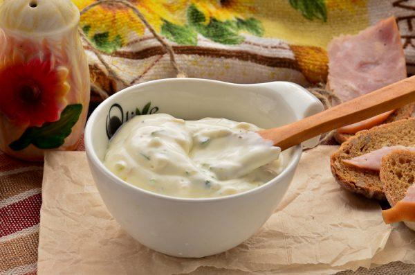Соус из майонеза, сметаны с чесноком и зеленью