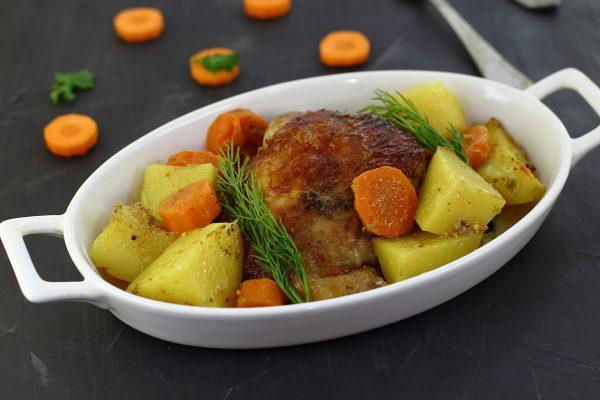Картошка с куриными бедрами в духовке в рукаве