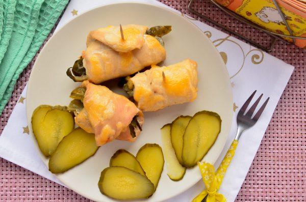 Куриные рулетики с солеными огурцами и сыром в мультиварке
