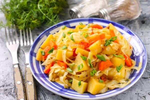 Овощное рагу из капусты, картофеля, моркови и лука
