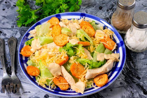 Салат Цезарь с курицей, сухариками и сыром