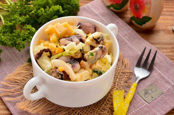 Салат с морепродуктами, пекинской капустой, сыром и яйцом