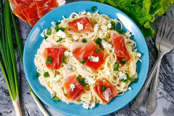 Спагетти с прошутто и соусом Блю-Чиз
