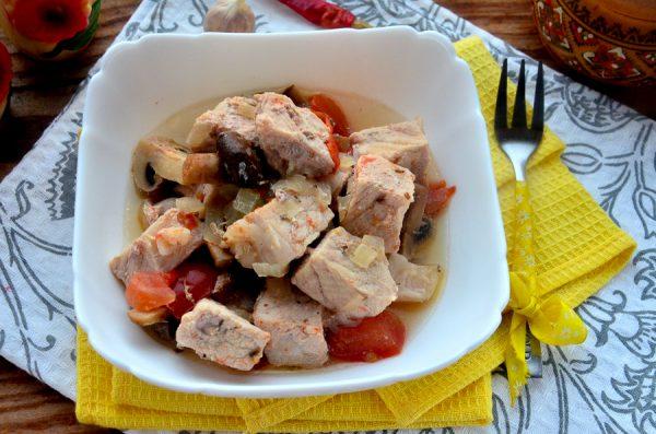 Свинина, тушенная с грибами и помидорами, в мультиварке