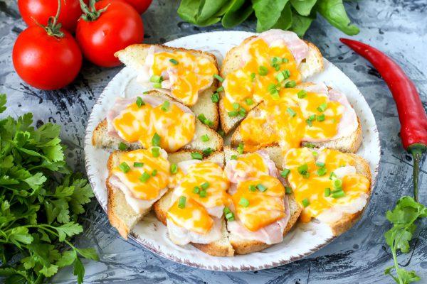 Бутерброды с беконом и сыром