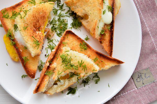 Горячие бутерброды с колбасой и яйцом на сковороде