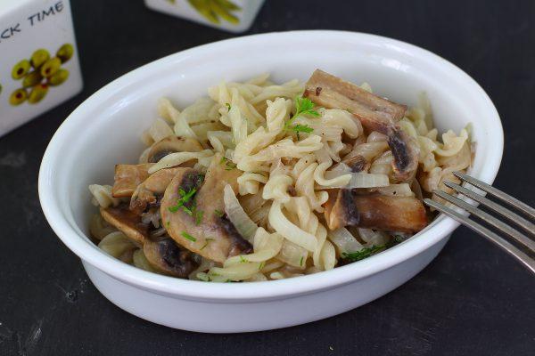 Макароны с грибами в сметанном соусе